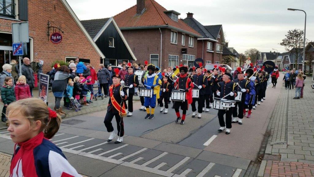Drumfanfare inclusief pietenorkest tijdens de jaarlijkse intocht van Sinterklaas en zijn Pieten in Eibergen